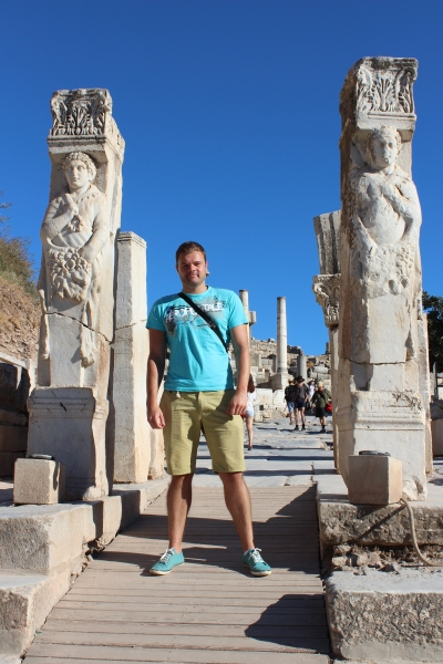 Me in Curetes Street, adorned with beautiful statues